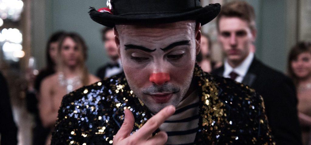 Marco D'Amore vestito da pagliaccio in un passaggio iniziale del film
